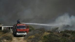 إطفائي يعمل على إخماد حريق في جزيرة إيلافونيسوس في 10 آب/أغسطس 2019