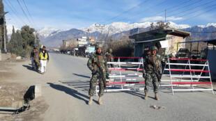 Des soldats pakistanais au checkpoint de Parachinar, le 22 janvier 2017, où une famille nord-américaine a été délivrée après cinq ans de captivité.