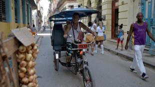 Un taxi-vélo à La Havane, en juin 2018.