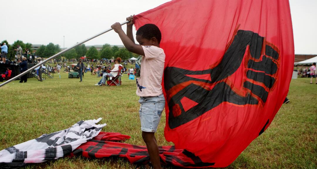 Un niño levanta una bandera durante los eventos para conmemorar el 19 de junio, que conmemora el fin de la esclavitud. Tulsa, Oklahoma, EE. UU. el 19 de junio de 2020.