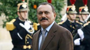 Esta foto de archivo tomada el 18 de noviembre de 2006 muestra al expresidente yemení Ali Abdalá Saleh llegando al Palacio del Elíseo en París para reunirse con el ex presidente francés Jacques Chirac.