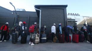 Un grupo de migrantes haitianos mientras hacían fila para abordar un avión rumbo a Puerto Príncipe desde Santiago, Chile, el 26 de noviembre de 2018.