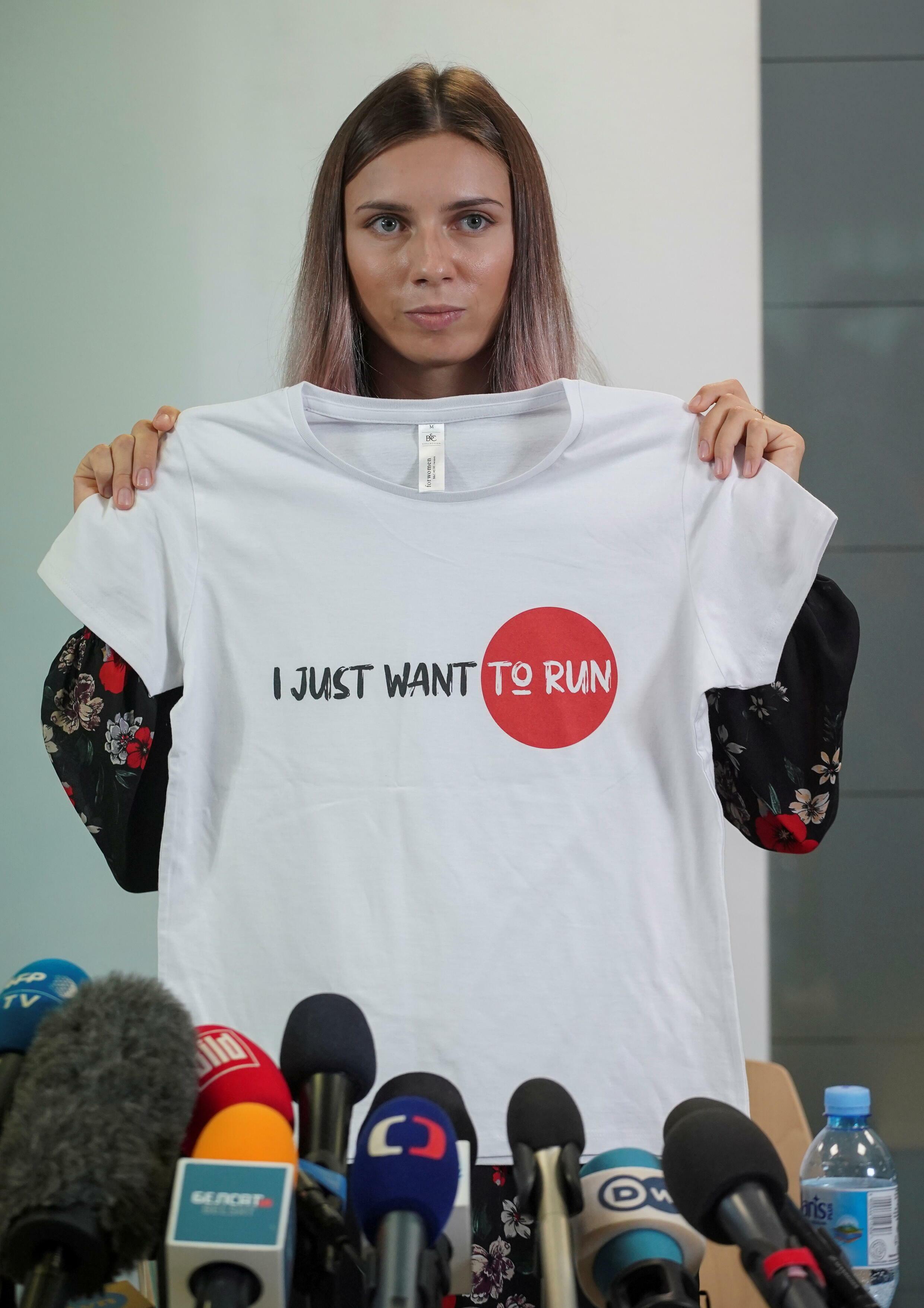 La sprinteuse biélorusse Krystsina Tsimanouskaya lors d'une conférence de presse à Varsovie en Pologne.