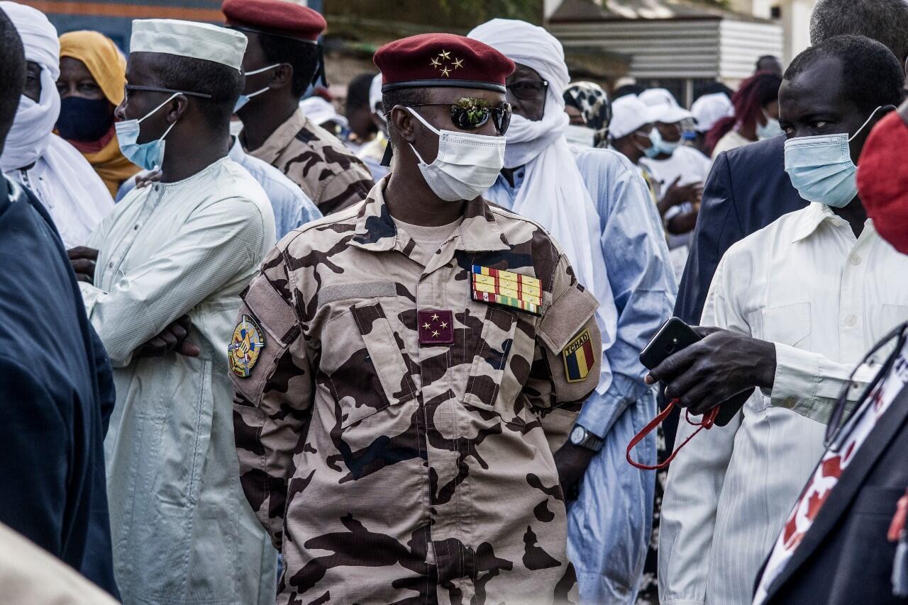 Le fils du président tchadien Idriss Déby Itno, Mahamat Idriss Déby Itno, général quatre étoiles à 37 ans et commandant de la garde présidentielle, près d'un bureau de vote à N'Djamena, le 11 avril 2021.
