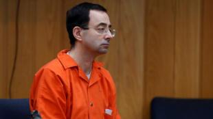 Larry Nassar, un exmédico estadounidense de gimnasia que se declaró culpable en noviembre de 2017 por cargos de agresión sexual, escucha a la jueza Janice Cunningham durante su audiencia de sentencia en el tribunal del condado de Eaton en Charlotte, Michigan, EE.UU., 5 de febrero de 2018.