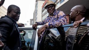 L'ancien ministre des Finances et haut responsable de l'opposition Tendai Biti salue ses soutiens à Harare, le 31 juillet 2018.