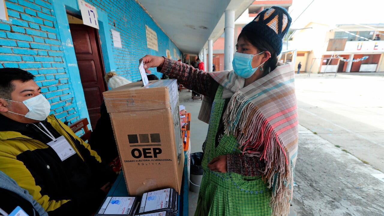 Una mujer aimara vota en la ciudad de El Alto, Bolivia, el 11 de abril de 2021.
