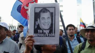 Partidarios del expresidente de Ecuador, Rafael Correa, protestaron frente a la Corte Suprema durante una audiencia para decidir si Correa va a juicio por el presunto secuestro del opositor Fernando Balda. Quito, Ecuador, el 7 de noviembre de 2018.