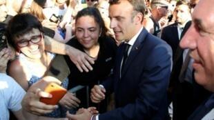 Emmanuel Macron s'offre un bain de foule vendredi 19 juillet 2019 à Pau à l'occasion de l'arrivée d'une étape du Tour de France