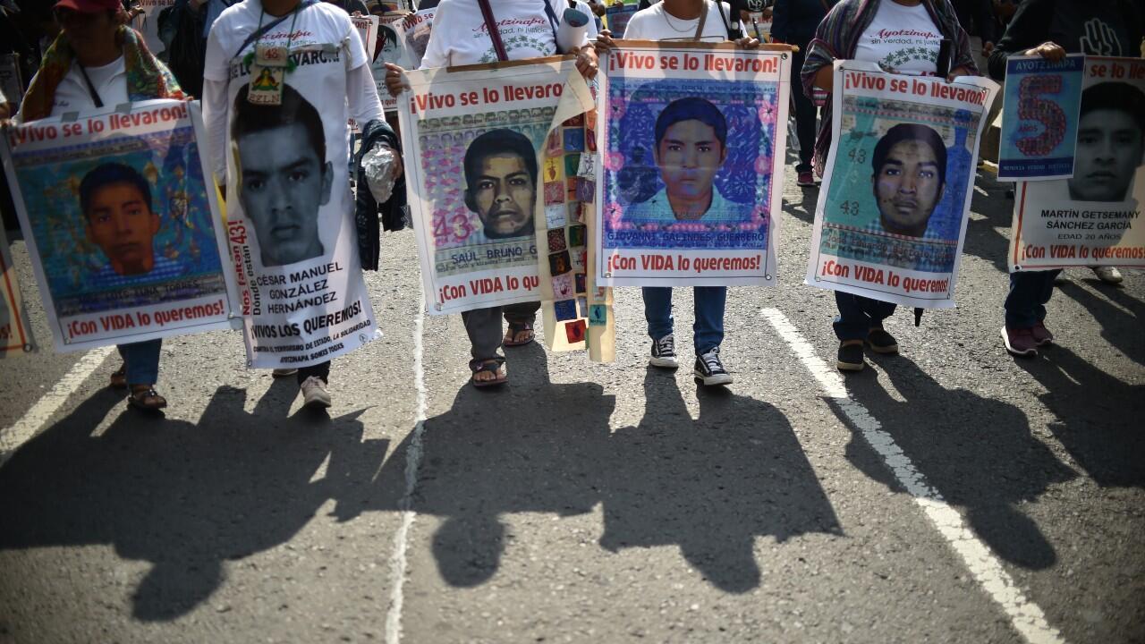 Archivo-Decenas de personas protestan en el marco del quinto aniversario de la desaparición de los 43 estudiantes de la escuela de capacitación docente de Ayotzinapa, con carteles que llevan la imagen del rostro de algunos de los desaparecidos. En Ciudad de México, México, el 29 de septiembre de 2019.