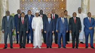 Le président égyptien Abdel Fattah al-Sissi, entouré de plusieurs chefs d'État africains, le 23 avril 2019, lors d'une réunion sur le Soudan au Caire.