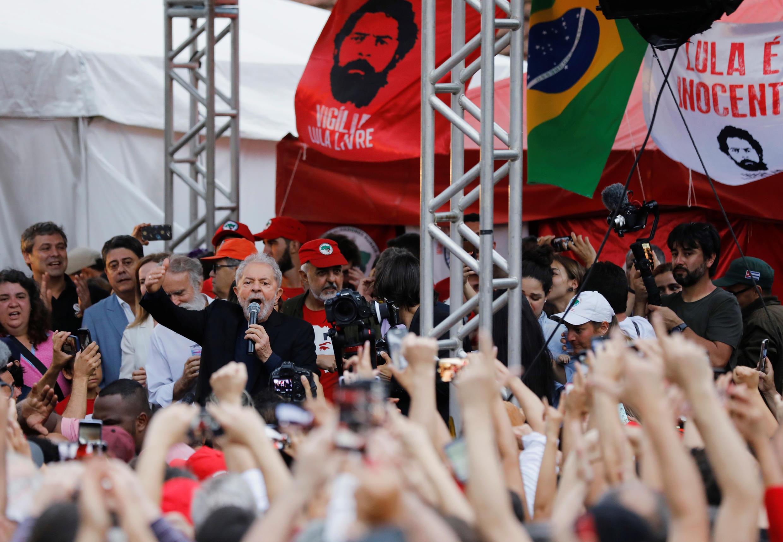 الرئيس البرازيلي السابق لويس إيناسيو لولا دا سيلفا يلقي كلمة بعد إطلاق سراحه من السجن، في كوريتيبا، البرازيل 8 نوفمبر/ تشرين الثاني  2019.