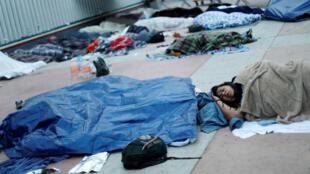 Decenas de migrantes centroamericaos esperan en las afueras del punto de control de San Ysidro, en San Diego (Estados Unidos) su oportunidad para solicitar asilo. Abril 30 de 2018.