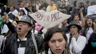 Des Colombiens manifestent à Bogota en faveur du processus de paix avec les Farc, le 19 novembre 2014.