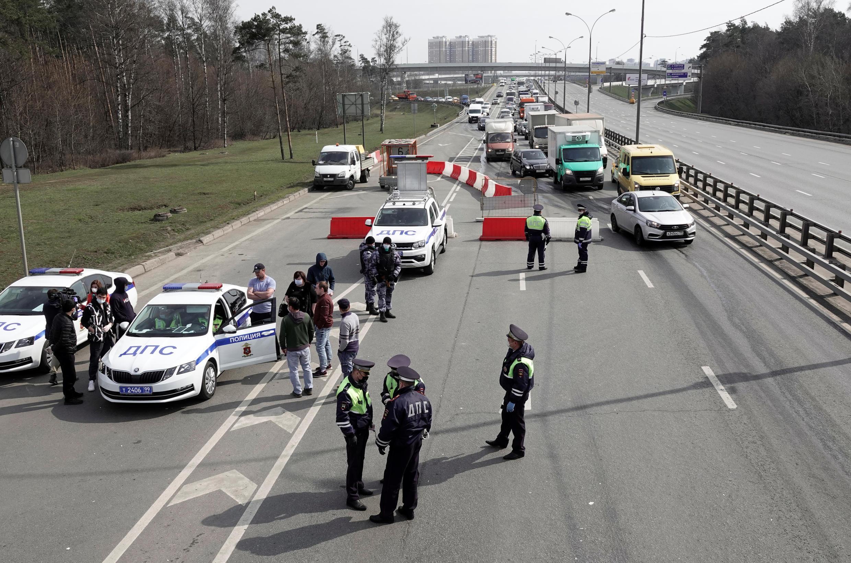 حواجز في موسكو لمراقبة إجراءات الحجر الصحي