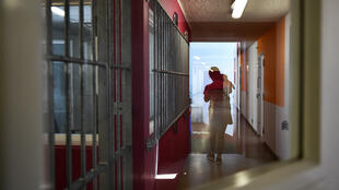 Une détenue avec son enfant, dans la prison des Baumettes à Marseille en avril2018.