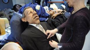 """Une personne manipule la marionnette de l'émission de télévision """"Les Guignols de l'info"""" du journaliste et présentateur Patrick Poivre d'Arvor, le 11 février 2009, à Saint-Denis"""