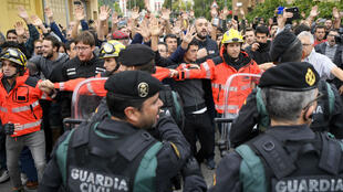 السلطات الإسبانية تحاول منع الناخبين من الإدلاء بأصواتهم في استفتاء استقلال كاتالونيا في 1 تشرين الأول/أكتوبر