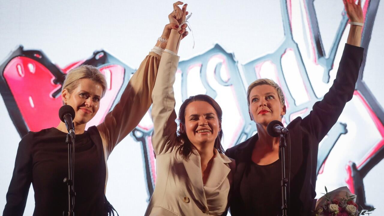 Archivo-Maria Kolesnikova, a la izquierda, miembro del equipo de campaña de la candidata opositora, Svetlana Tikhanovskaya, en el centro, y la esposa del candidato no registrado Valery Tsepkalo, Veronika Tsepkalo, a la izquierda, saludan al público durante un mitin de la oposición en Minsk, Bielorrusia, el 30 de julio de 2020.