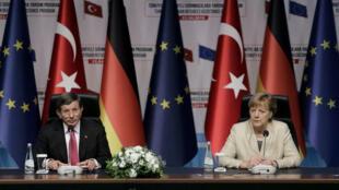 Le Premier ministre turc, Ahmet Davutoglu, et la chancelière allemande, Angela Merkel, lors d'une conférence de presse commune à Gaziantep, le 23 avril 2016.