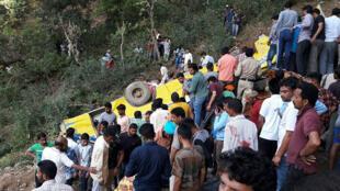 Habitantes ayudan a rescatar a los heridos después de que un autobús escolar privado cayera al vacío en Nurpur, distrito de Kangra, dejando al menos 30 fallecidos, entre ellos 27 menores de edad, el 9 de abril de 2018.