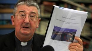 L'archevêque de Dublin Diarmuid Martin présente ses excuses auprès des victimes de violences sexuelles lors d'une conférence de presse, le 26 novembre 2009.