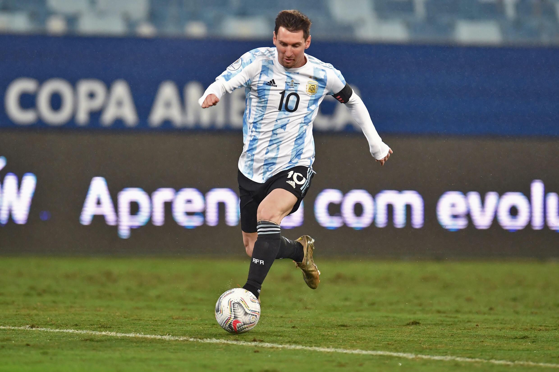 L'Argentin Lionel Messi balle au pied pendant le match de la phase de groupes de la Copa America 2021 entre l'Argentine et la Bolivie, au stade Arena Pantanal de Cuiaba, au Brésil, le 28 juin 2021.