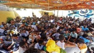 مهاجرون داخل ملجأ بعد نقلهم بسبب المعارك في العاصمة الليبية. 5 أيلول/سبتمبر 2018.