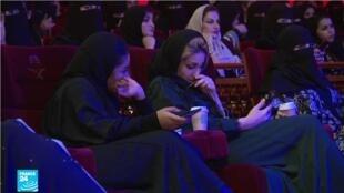 نساء سعوديات يحضرن لأول مرة حفلا موسيقيا في العاصمة الرياض