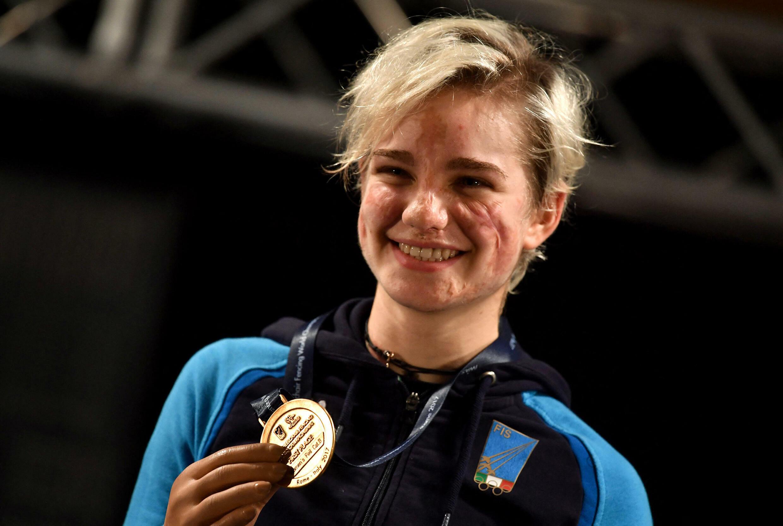 Beatrice Vio pose avec sa médaille d'or aux Mondiaux de Rome en novembre 2017.