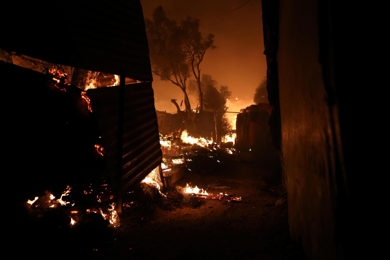 نيران الحرائق التهبت مخيم موريا بجزيرة ليسبوس، أكبر مخيم للاجئين في اليونان. 9 سبتمبر/أيلول 2020.