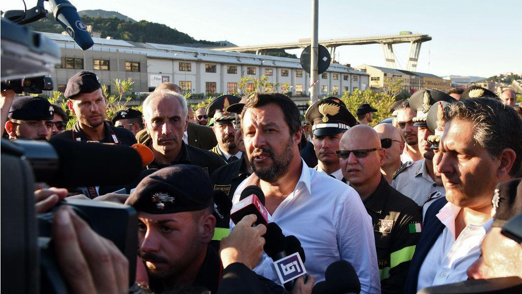 Le ministre de l'Intérieur Matteo Salvini répond aux questions de la presse devant le viaduc Morandi, le 15 août 2018.