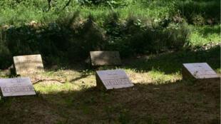 Les tombes des sept moines assassinés, au monastère Notre-Dame-de-l'Atlas, à Tibéhirine.
