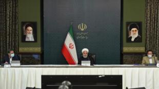 صورة وزعتها الرئاسة الايرانية تظهر الرئيس حسن روحاني خلال اجتماع مجلس الوزراء في طهران في 25 اذار/مارس 2020.