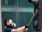 La foule défie la police à Hong Kong après l'agression de deux militants
