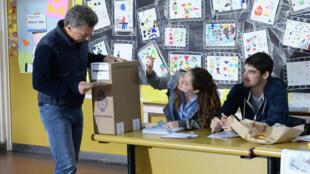 Le président argentin Mauricio Macri au bureau de vote, dimanche 22 octobre 2017.