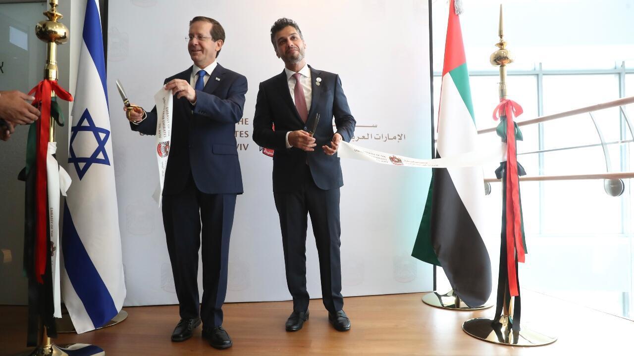 Le président israélien Isaac Herzog et l'ambassadeur des Émirats arabes unis en Israël, Mohamed Al Khaja, lors de la cérémonie d'ouverture de la nouvelle ambassade des Émirats arabes unis à Tel Aviv, en Israël, le mercredi 14 juillet 2021.