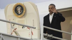 الرئيس أوباما يخرج من الطائرة إيرفورس وان إثر هبوطها في مطار جاكسونفيل بولاية فلوريدا في 7 كانون الثاني/يناير 2017