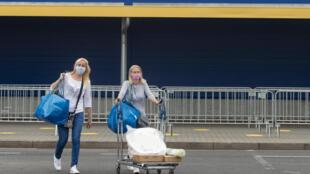 Dos clientes se marchan de una tienda de muebles Ikea en Praga el 11 de mayo de 2020