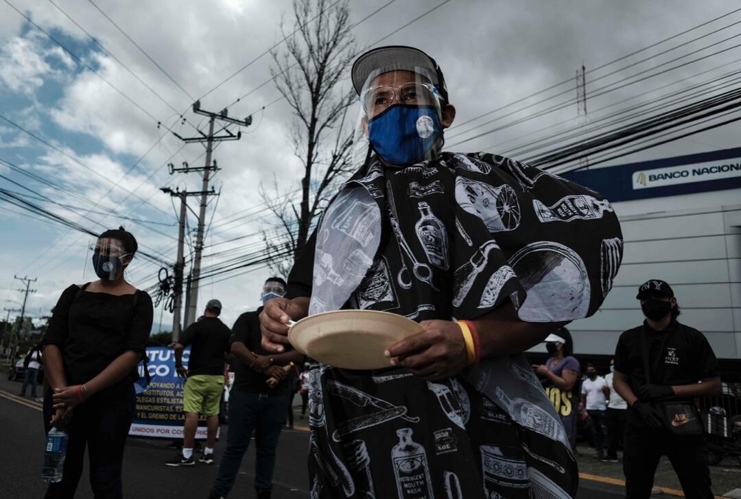 Trabajadores y propietarios de gimnasios, salones de belleza y barberías reclamaron este 20 de julio de 2020 en las calles de San José, Costa Rica, la autorización de reapertura de sus negocios en medio de la pandemia.