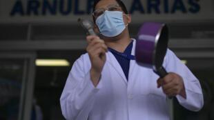 Un trabajador de la salud en una protesta en Ciudad de Panamá, el 16 de julio de 2020, cuando el país superó los 50.000 casos de COVID-19