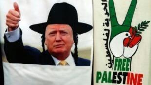 قميص عليه صورة ترامب يرتدي قبعة يهودية في متجر في القدس القديمة في 4 كانون الأول/ديسمبر 2017
