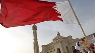 رجال يرفعون علم البحرين أمام مسجد شهير
