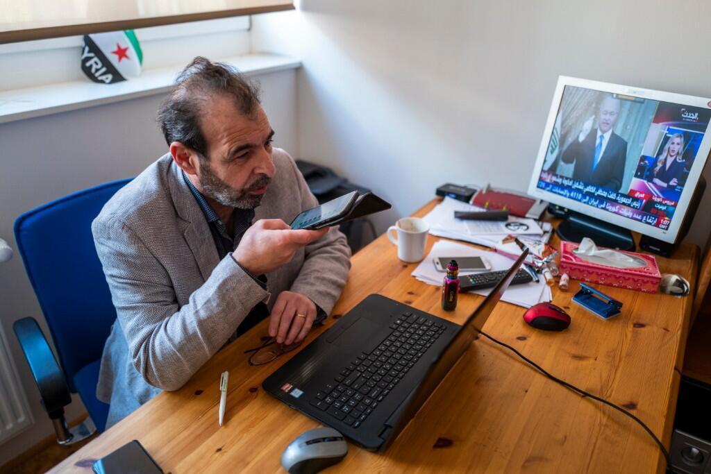 El abogado y activista sirio, Anwar al-Bunni, en su oficina en Berlín.