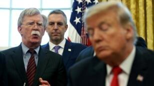 El presidente de los Estados Unidos, Donald Trump, escucha mientras su asesor de seguridad nacional, John Bolton, habla durante un memorando presidencial en la Oficina Oval de la Casa Blanca en Washington, febrero de 2019.