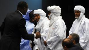 Le ministre malien des Affaires étrangères, Abdoulaye Diop, serre la main des représentants des groups armés, à Alger le 1er mars 2015.