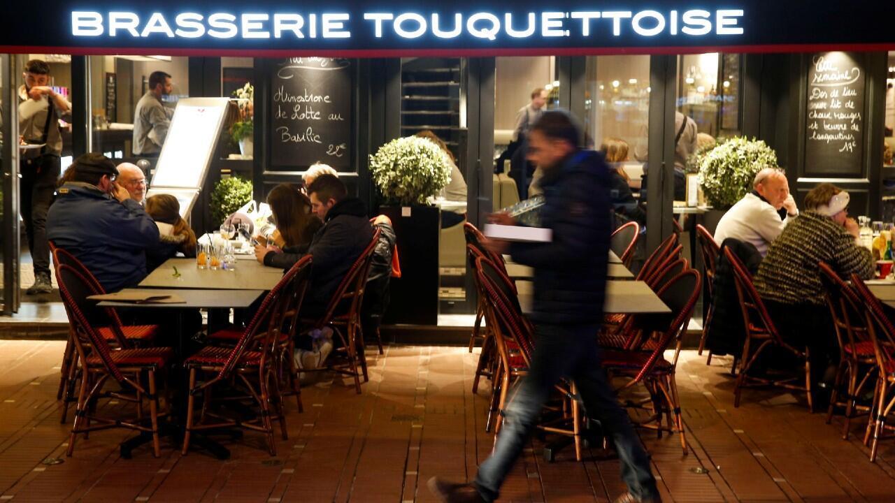 La gente disfruta de la cena y las bebidas, después del anuncio del Primer Ministro francés de que el cierre de los comercios y lugares no esenciales comenzará en Francia a medianoche, en le Touquet, Francia, el 14 de marzo de 2020.