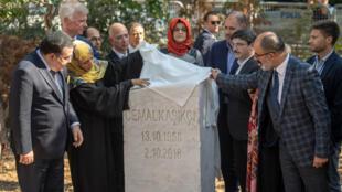 La fiancée de Jamal Khashoggi, Hatice Cengiz(au centre), participe à l'inauguration de la stèle commémorative dédiée à son compagnon, le 2octobre2019, à Istanbul.