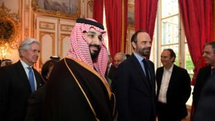 El príncipe heredero saudí Mohamed Bin Salman (i) se reúne con el primer ministro galo, Edouard Philippe (d), en París, Francia, el 9 de abril de 2018.
