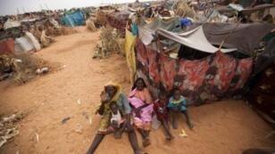 صورة وزعتها القوة المشتركة لمجموعة من النازحين في مخيم زمزم بشمال دارفور